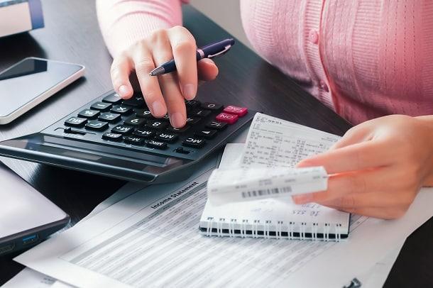 Pessoas que vivem no exterior receberão a restituição do imposto de renda em suas contas bancárias nacionais e podem enviar o montante ao exterior por meio de uma transferência internacional.
