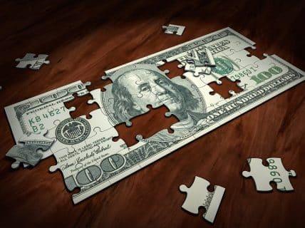 Dólar abre em queda após tensão nos mercados nesta segunda-feira