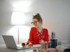 Seja por comodidade, desemprego ou mudança na carreira, o fato é que trabalhar pela internet e ganhar dinheiro é um cenário com potencial. Saiba mais!