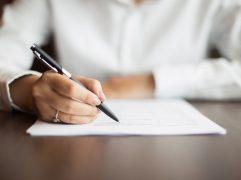 Contrato de câmbio: mulher assinando contrato