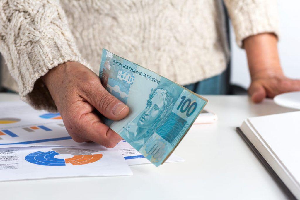 politica monetaria controla a emissao da moeda 1024x683 - Política Monetária: o que é e como funciona?