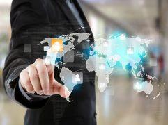 Homem de negócios tocando em tela virtual representando empresa offshore
