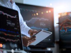 Homem de negócios pesquisando em tablet como comprar ações
