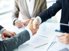 Aperto de mão de executivos fechando contrato de câmbio