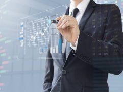 Investir em Portugal: homem de negócios mostrando aumento no investimento em gráfico