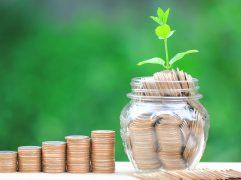 Pote de vidro com moedas representando investimento em Private Equity