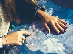 Pathway no Canadá: menina pesquisando destinos no mapa