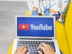 Youtube Ads: mãos femininas usando notebook