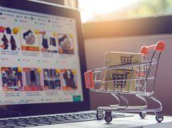 Drop shipping: Computador mostrando compras online