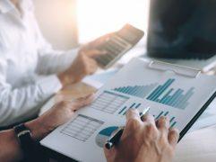 Homem analisando gráficos e discutindo sobre investir em startups
