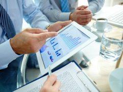Homem de negócios apontando para gráficos sobre como investir no exterior