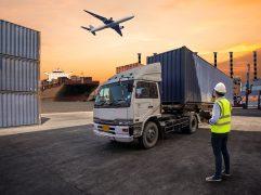 formacao de preco para exportacao: aviao voando em cima de um caminhao de carga com um trabalhador observando