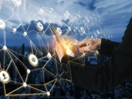 Funil de Inovação: Pessoa mexendo em um holograma.