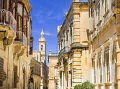 Inglês em Malta: Paisagem de prédios em Malta.