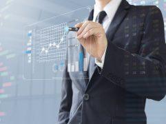 lucro real e lucro presumido: homem com uma caneta na mão, apontando para um holograma.