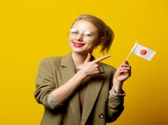 MBA no Japão: mulher segurando bandeira do país em uma das mãos
