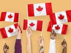 Parents and Grandparents Sponsorship: mãos segurando bandeiras do Canadá