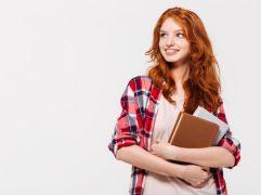 Estudante segurando livros, representando o sistema educacional canadense