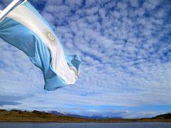Viagem para Argentina: Bandeira balançando no topo de um mastro.